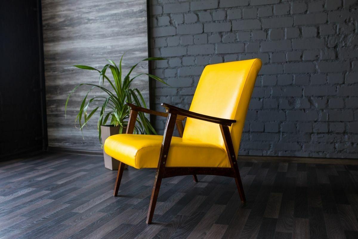 Sárga szék szürke fal előtt