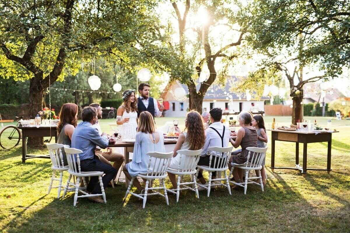 Hangulatos esküvő otthon a kertben