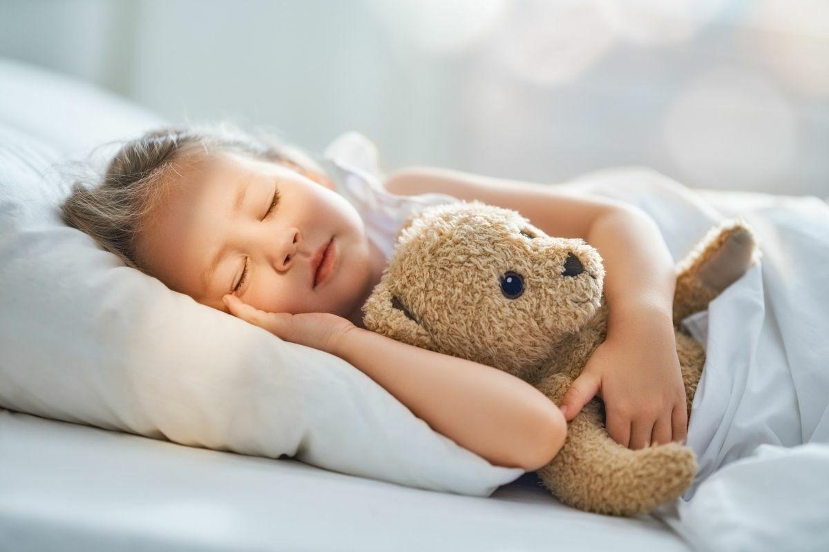 Alvó kislány játékmacival