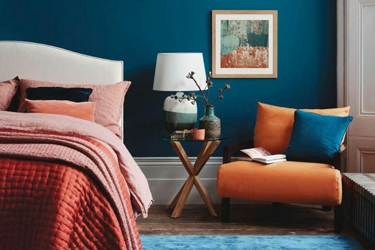 Gyönyörű, vibráló, kék és narancs hálószoba