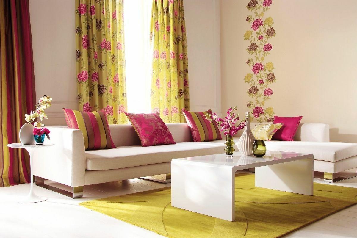 Sárga és rózsaszín, csíkos és virágos nappali
