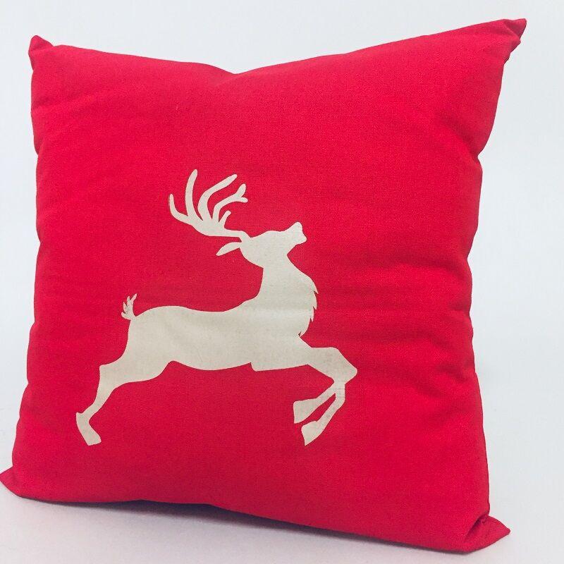 Rénszarvas mintás piros karácsonyi díszpárna